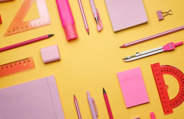 학교로 돌아가다. 학용품이 있는 노란색 배경: 스티커, 가위, 마커, 글로브, 눈금자. 공간을 복사합니다. 밝은 색 배경.