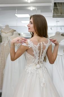 Вид сзади на красивую невесту в салоне