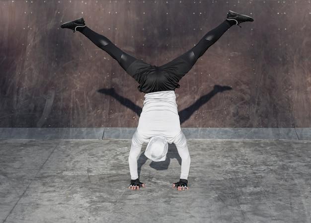 背面図運動のエクササイズの男性