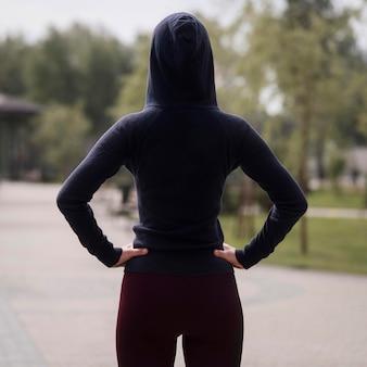 Giovane donna atletica di vista posteriore all'aperto