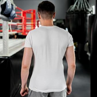 ジムでボクシングの男を背面図