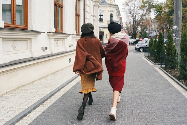 背面図。エレガントな秋の服とメガネでのんきなファッショナブルな女性モデル。都会のスタイリッシュなウールの服と帽子、秋の肖像画の若いファッションの女の子。