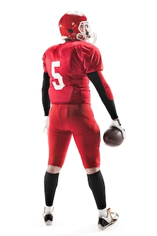 La vista posteriore dell'uomo caucasico di forma fisica come giocatore di football americano che tiene una palla su bianco