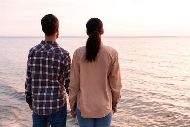 海を見ている背面図のカップル