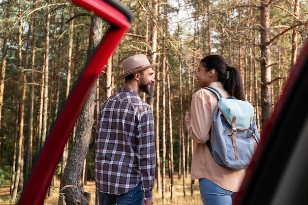 散歩の準備をしている背面図のカップル
