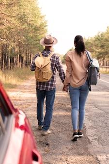 一緒に散歩している背面図のカップル