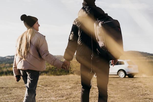 一緒に歩いている背面図のカップル