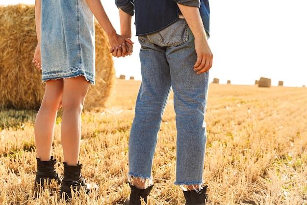若いカップルの背面図のトリミングされた画像