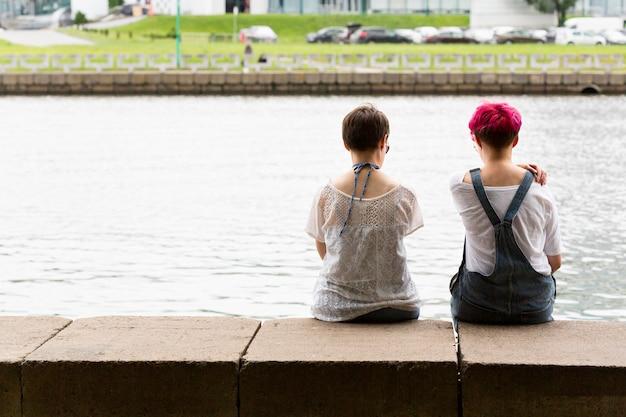 Vista posteriore amici seduti insieme