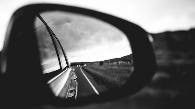 Вид сзади в боковое зеркало
