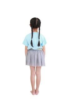 Маленькая азиатская девушка ребенка взгляда сзади с волосами отрезка провода изолированными над белой предпосылкой.