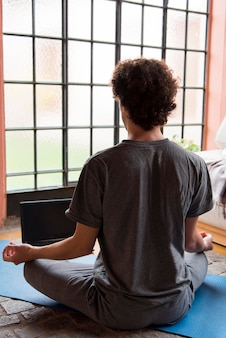 Vista posteriore uomo meditando