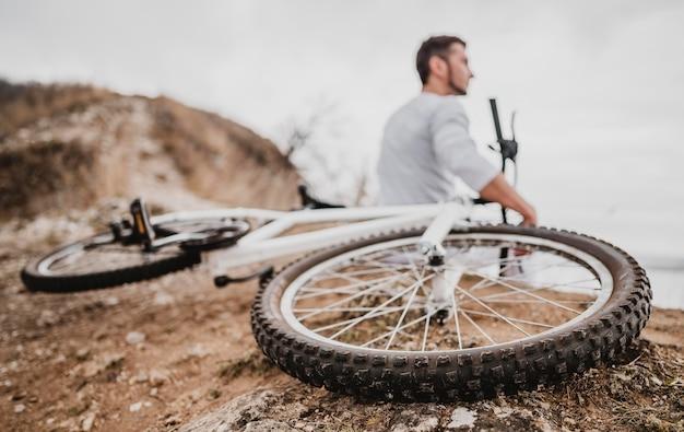 그의 산악 자전거 옆에 앉아 다시보기 남자
