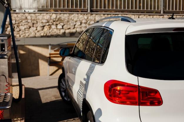 Вид сзади на красивый белый автомобиль
