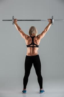 Вид сзади мышечной взрослой спортсменки