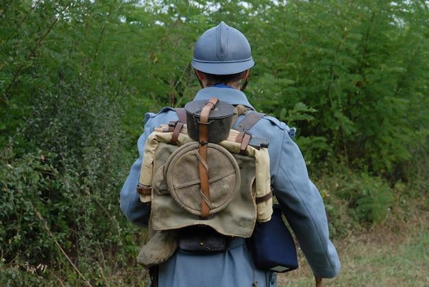 시골에서 렌치 군인의 후면 모습