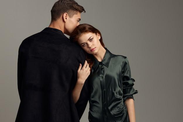 양복 입은 남자의 어깨에 기대어 로맨틱 한 여자의 다시보기. 고품질 사진