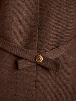 Вид сзади коричневой куртки