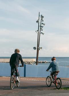 야외에서 자전거에 자식 친구의 뒷면