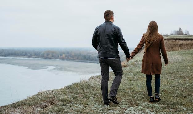 湖でのカップルの背面図