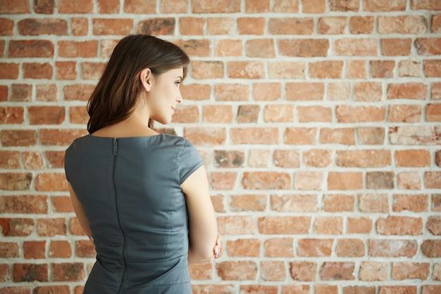 Вид сзади элегантной женщины, глядя в сторону