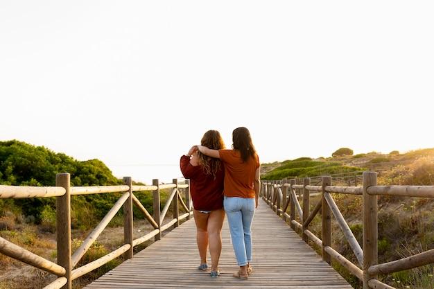 屋外採用の女性の友人の背面図