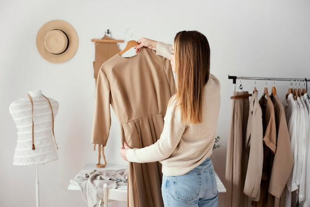 女性のテーラーチェック服の背面図