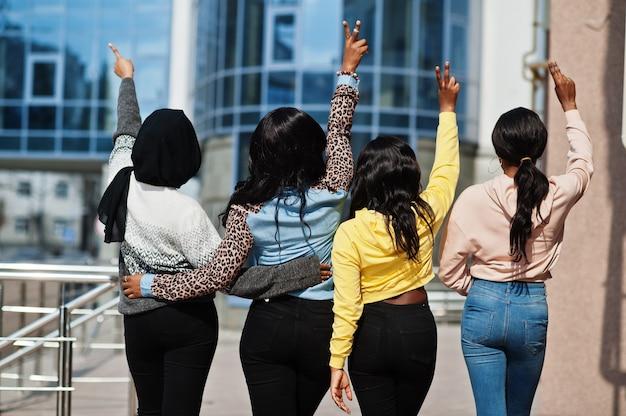 4人の若い大学アフリカ系アメリカ人女性の友人の背面図は一緒に時間を過ごします。