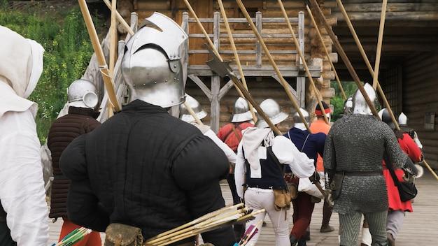 Вид сзади группы средневековых рыцарей, идущих в бой