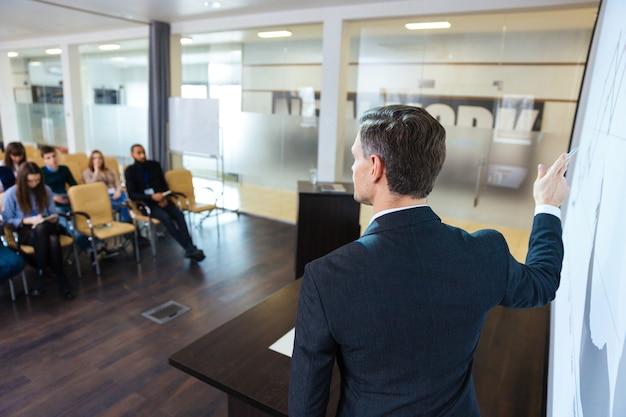 Вид сзади умного спикера на бизнес-конференции в конференц-зале