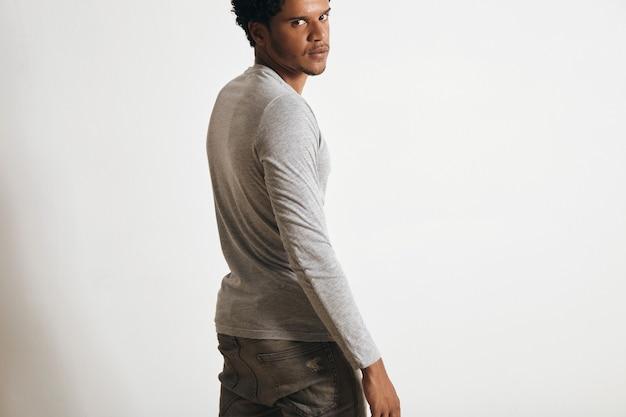 라틴계 남자의 뒷면, 흰색 절연