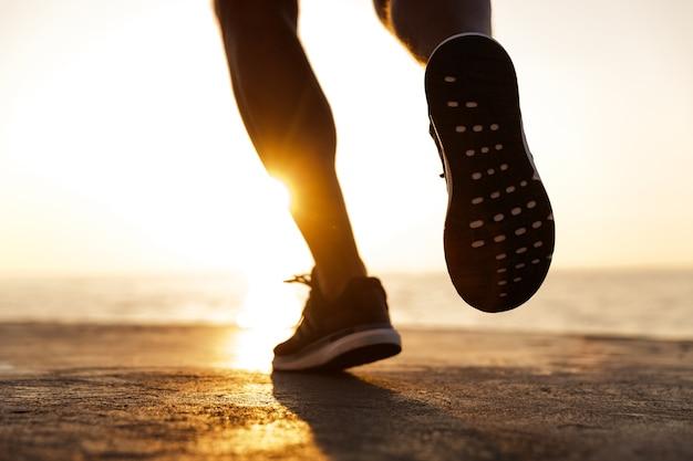 走っている男性のスニーカーの背面図