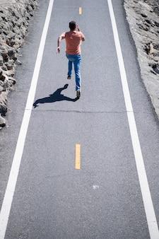 도로에서 달리는 남자의 뒷모습 운동 젊은 남자가 야외에서 실행