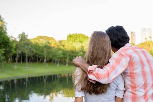 Вид сзади многоэтнической влюбленной пары