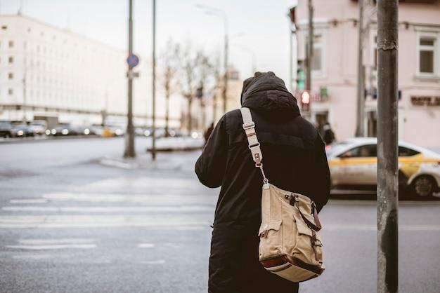 Вид сзади человека, пересекающего зебру или пешеходный переход b