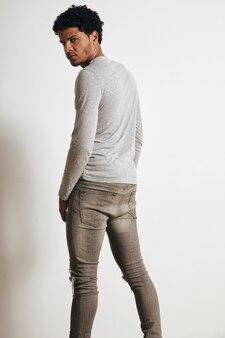 심각한 라틴계 남자의 뒷면은 흰색 절연 주위를 선회