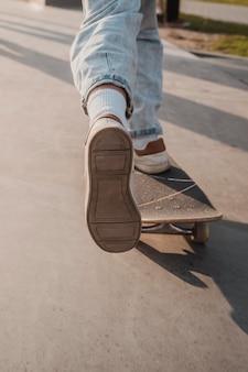 Skatepark에서 십 대의 뒷면