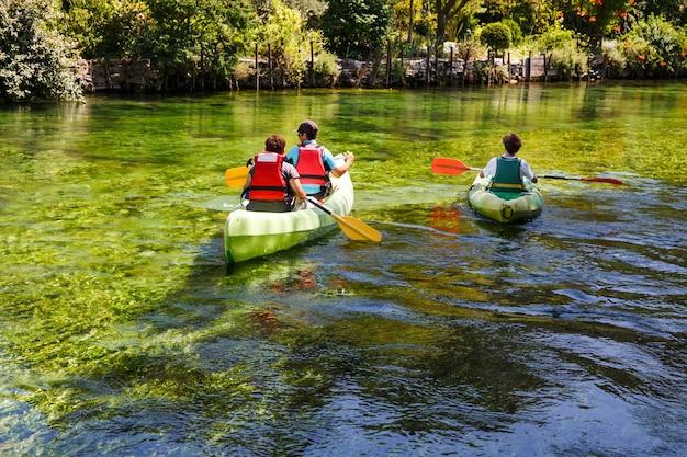 퐁텐 데보클뤼즈 프랑스에서 녹색 강 소르그를 따라 카약을 젓는 관광객들의 뒷모습