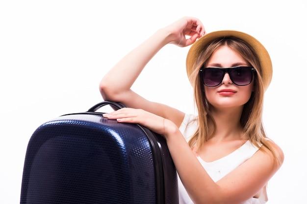 スーツケースを持って歩く女性の背面図。動いている美しい少女。人の背面図。白い背景の上に隔離。旅行の十代の少女。ファッショナブルな女の子がスーツケースを転がします。