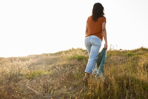 屋外の自然の中で女性の背面図
