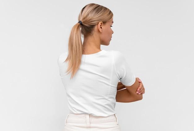 肘の痛みを持つ女性の背面図