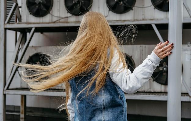 屋外で長い髪の女性の背面図