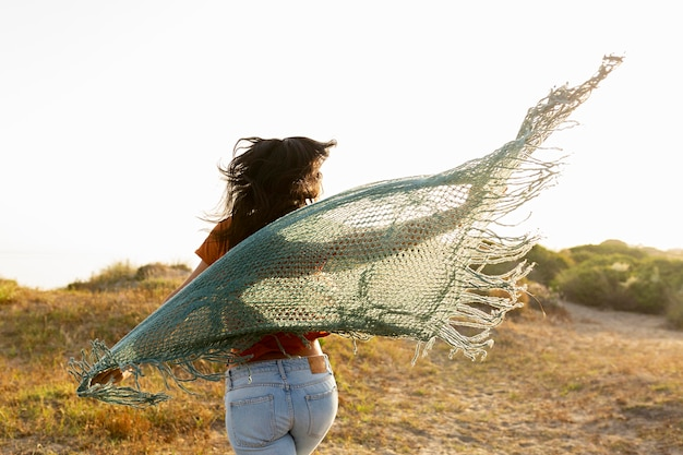 Вид сзади женщины с шарфом беззаботной на открытом воздухе