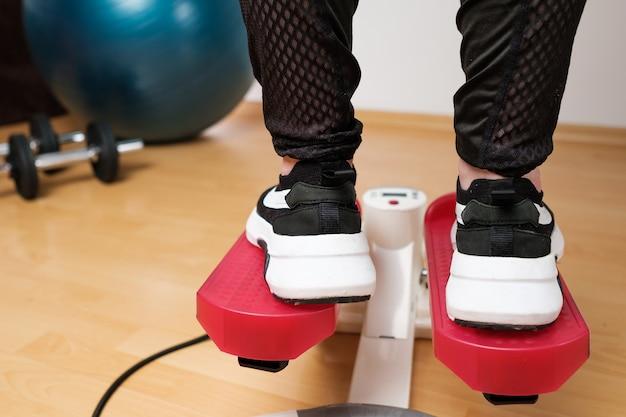 트위스트 스테퍼에서 운동을하는 운동화의 여자 발에 다시보기