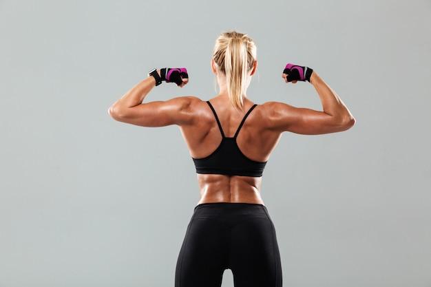 驚くべき若いスポーツ女性の背面写真