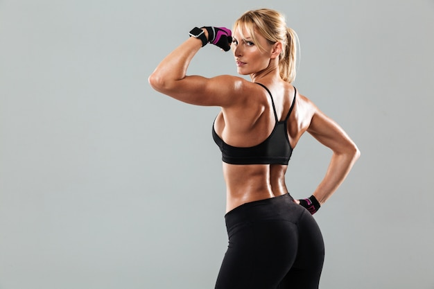 Вид сзади фото удивительной молодой спортивной женщины