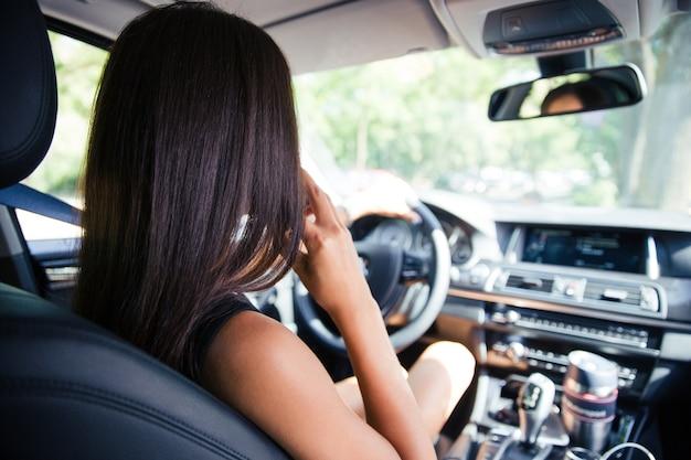 자동차를 운전하는 여자의 다시보기 초상화