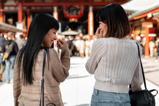 Vista posteriore di ragazze abbastanza asiatiche insieme