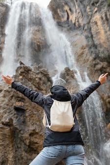 滝で自然の中で女性の背面図