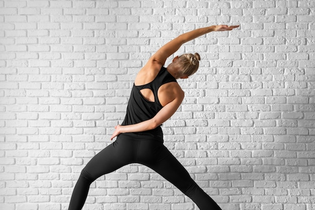 Вид сзади женщина упражнениями йоги